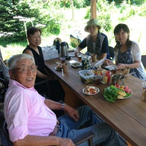 DARAKE農園のデッキで皆さん手作りの料理を囲んだ記念パーティー